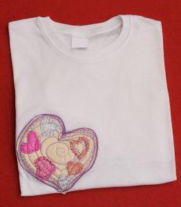Tricou alb cu model inimă roz